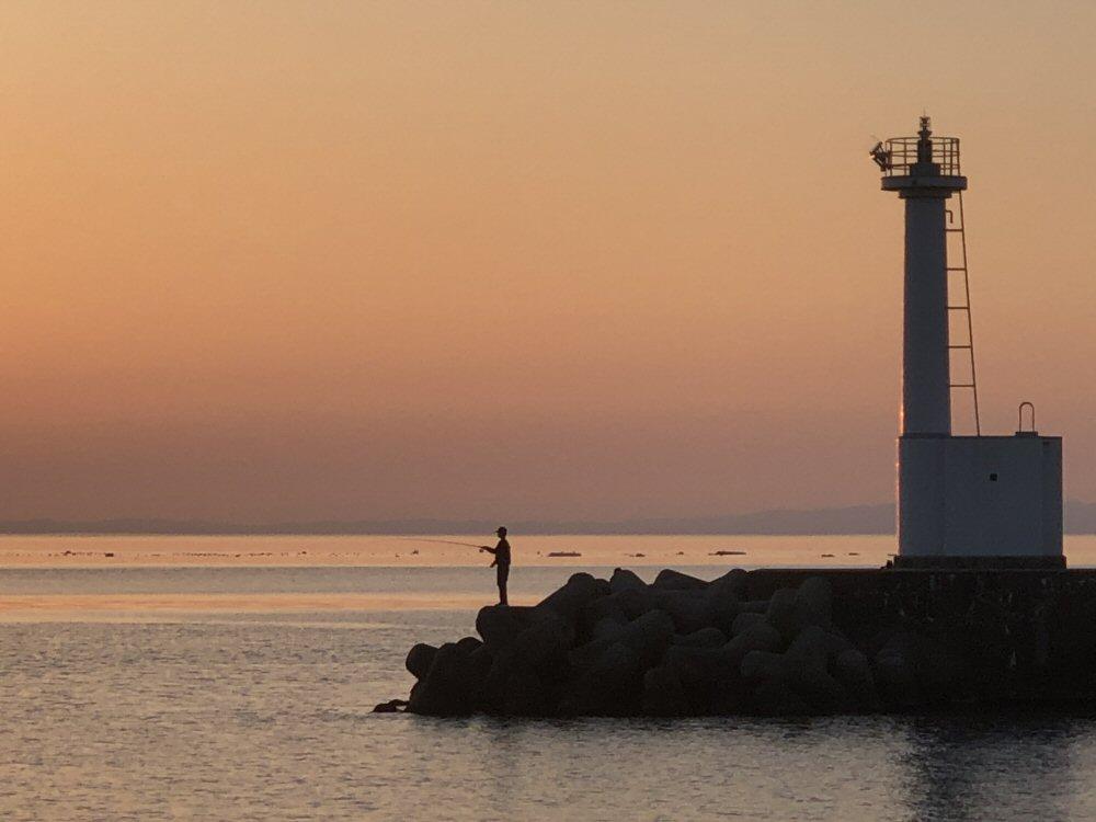 穏やかな週末、海岸線は釣り人でいっぱい!